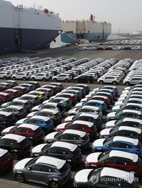 This file photo, taken March 26, 2018, shows the export pier of Hyundai Motor Co. in the southeastern city of Ulsan packed with cars waiting to be shipped. (Yonhap)