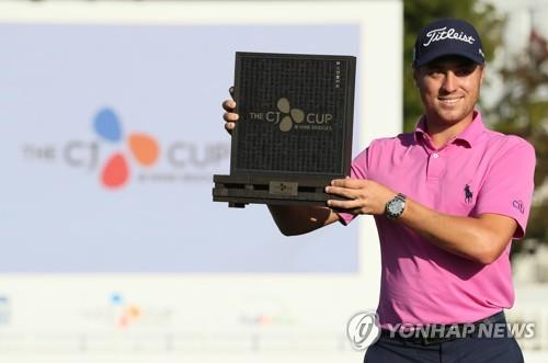 In this file photo from Oct. 22, 2017, Justin Thomas holds up the champion's plaque after winning the CJ Cup@Nine Bridges on the PGA Tour at the Club at Nine Bridges on Jeju Island, South Korea. (Yonhap)