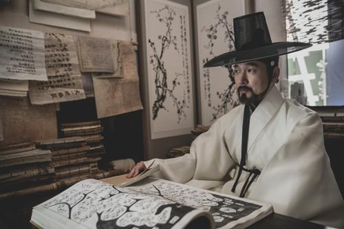 The image provided by Plus M shows feng shui expert Park Jae-sang, played by Cho Seung-woo. (Yonhap)