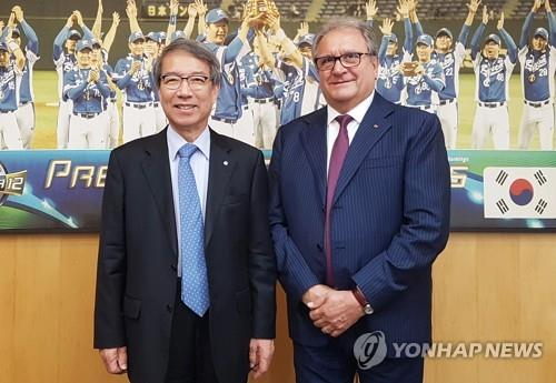 In this photo provided by the Korea Baseball Organization (KBO), Chung Un-chan (L), commissioner of the KBO, and Riccardo Fraccari, president of the World Baseball Softball Confederation (WBSC), pose after a meeting at the KBO headquarters in Seoul on Sept. 13, 2018. (Yonhap)