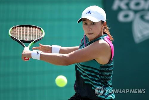 Han Na-lae of South Korea hits a return against Barbora Stefkova of the Czech Republic in a qualifying match for the Korea Open tournament on the Women's Tennis Association Tour at Olympic Park Tennis Center in Seoul on Sept. 17, 2018. (Yonhap)