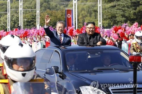 South Korean President Moon Jae-in (L) and North Korean leader Kim Jong-un ride in a motorcade through Pyongyang ahead of their third summit on Sept. 18, 2018. (Pool photo) (Yonhap)