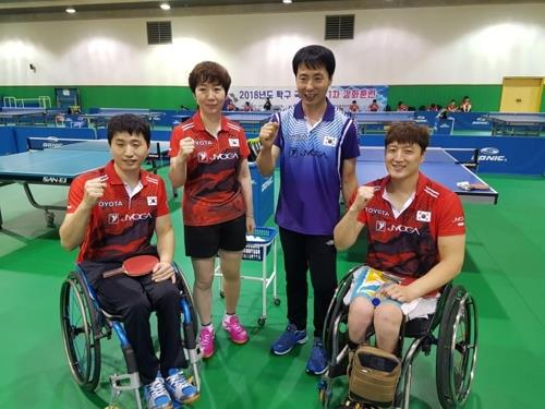 South Korea's para table tennis team head coach Moon Chang-joo (2nd from R) poses with players at the Icheon Training Center in Icheon, Gyeonggi Province, on Sept. 19, 2018. (Yonhap)