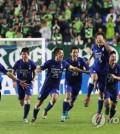 Suwon Samsung Bluewings players celebrate after beating Jeonbuk Hyundai Motors on penalties in their Asian Football Confederation (AFC) Champions League quarterfinal match at Suwon World Cup Stadium in Suwon, Gyeonggi Province, on Sept. 19, 2018. (Yonhap)