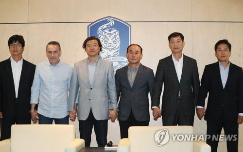 South Korea's football coaches and officials pose for a photo ahead of a meeting at the Korea Football Association (KFA) House in Seoul on Sept. 20, 2018. From left are U-19 team head coach Jeong Jung-yong, senior team head coach Paulo Bento, KFA national team coach appointment committee chief Kim Pan-gon, U-23 team head coach Kim Hak-bum, acting KFA technical development committee chief Choi Young-joon and KFA youth football coach director Seo Hyo-won. (Yonhap)