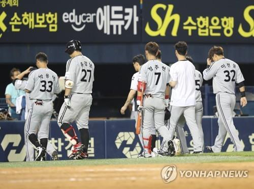 In this file photo from Aug. 1, 2018, players for the LG Twins leave the field at Jamsil Stadium in Seoul after losing to the Doosan Bears 14-8 in a Korea Baseball Organization regular season game. (Yonhap)