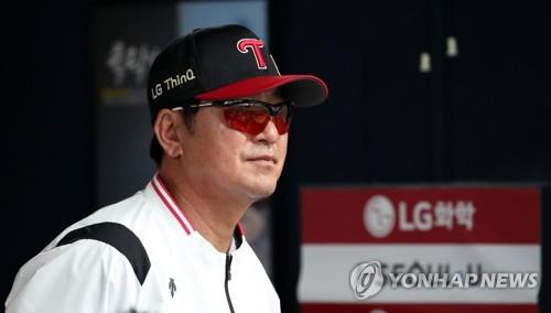 In this file photo from June 5, 2018, Ryu Joong-il, manager of the LG Twins, watches his club in action against the Hanwha Eagles in a Korea Baseball Organization regular season game at Jamsil Stadium in Seoul. (Yonhap)