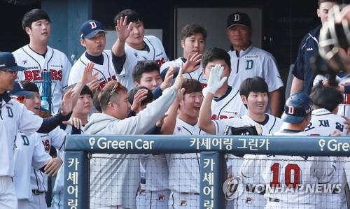 Members of the Doosan Bears celebrate a grand slam by Oh Jae-il against the Nexen Heroes in the bottom of the seventh inning of a Korea Baseball Organization regular season game at Jamsil Stadium in Seoul on Sept. 25, 2018. The Bears won the game 13-2 to clinch the best regular season record with 12 games left. (Yonhap)