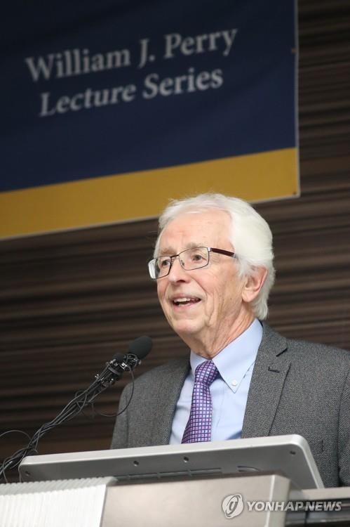Stanford University nuclear scientist Siegfried Hecker delivers a special lecture at Seoul's Yonsei University on Sept. 27, 2018, on the topic of North Korea's nuclear weapons. (Yonhap)
