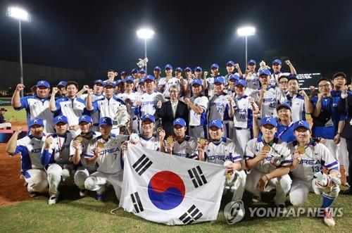 In this file photo from Sept. 1, 2018, South Korean national baseball players celebrate their gold medal at the 18th Asian Games at GBK Baseball Field in Jakarta. (Yonhap)