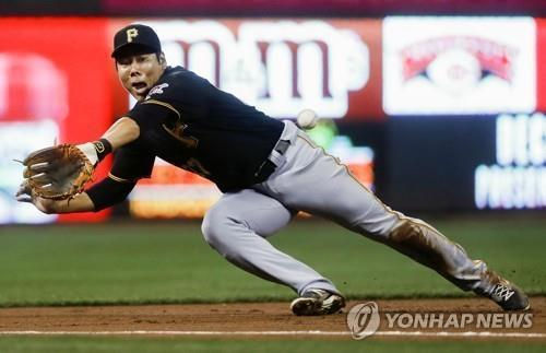 In this Associated Press file photo from Sept. 16, 2016, Kang Jung-ho of the Pittsburgh Pirates misses a double off the bat of Cincinnati Reds' Adam Duvall in the first inning of a major league regular season game at Great American Ball Park in Cincinnati. (Yonhap)