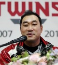 LG Twins' pitcher Bong Jung-keun speaks at his retirement press conference at Jamsil Stadium in Seoul on Sept. 28, 2018. (Yonhap)