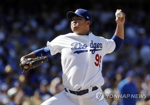 In this Associated Press photo, Los Angeles Dodgers starting pitcher Ryu Hyun-jin throws to the San Diego Padres during the fifth inning of a Major League Baseball regular season game at Dodger Stadium in Los Angeles on Sept. 23, 2018. (Yonhap)