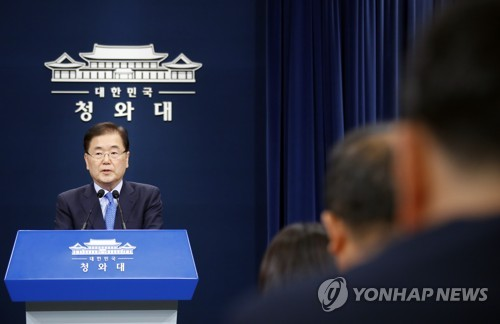 Chung Eui-yong (L), head of the presidential National Security Office, holds a press conference at the presidential office Cheong Wa Dae on Sept. 4, 2018, about his planned trip to North Korea the following day as a special envoy of South Korean President Moon Jae-in. (Yonhap)