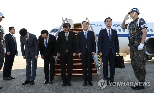 Chung Eui-yong (3rd from R), a special envoy of South Korean President Moon Jae-in to North Korea, bows before heading for Pyongyang from Seoul's Seongnam airport on Sept. 5, 2018, along with four other members of a high-profile delegation. They are Vice Unification Minister Chun Hae-sung (2nd from R); Chung; National Intelligence Service Director Suh Hoon (C); Kim Sang-gyun (3rd from L), a senior NIS official; and Yun Kun-young (2nd from L), presidential secretary for state affairs. (Yonhap)