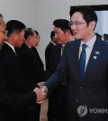 Samsung Electronics Vice Chairman Lee Jae-yong (R) shakes hands with North Korean Deputy Prime Minister Ri Ryong-nam at the People's Palace of Culture in Pyongyang on Sept. 18, 2018. (Yonhap)