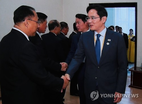 Samsung Electronics Vice Chairman Lee Jae-yong (R) shakes hands with North Korean Deputy Prime Minister Ri Ryong-nam at the People's Palace of Culture on Sept. 18, 2018. (Yonhap)