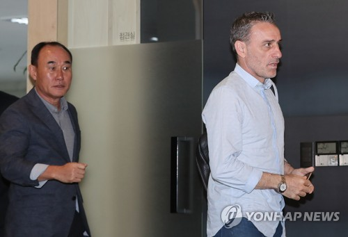 South Korea's senior national football team head coach Paulo Bento (R) and under-23 team head coach Kim Hak-bum enter a meeting room at the Korea Football Association (KFA) House in Seoul on Sept. 20, 2018. (Yonhap)