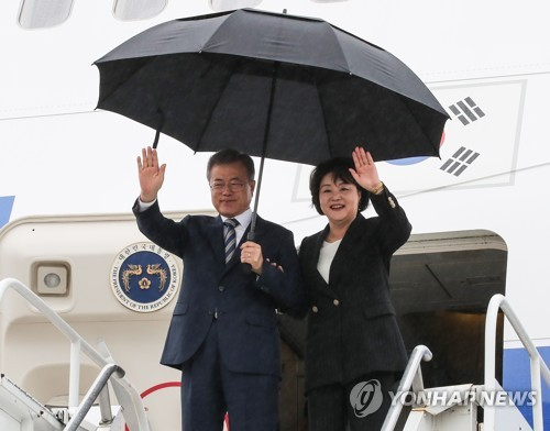 South Korean President Moon Jae-in and his wife, Kim Jung-sook, wave to a group of U.S. and South Korean officials welcoming their arrival in New York on Sept. 23, 2018 for the U.N. General Assembly. (Yonhap)