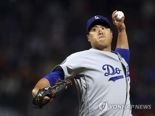 In this Associated Press photo, Ryu Hyun-jin of the Los Angeles Dodgers throws a pitch against the San Francisco Giants in the bottom of the first inning of a Major League Baseball regular season game at AT&T Park in San Francisco on Sept. 28, 2018. (Yonhap)