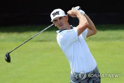 In this Getty Images file photo from Sept. 23, 2018, Billy Horschel watches his tee shot from the first hole during the final round of the Tour Championship on the PGA Tour at East Lake Golf Club in Atlanta. (Yonhap)