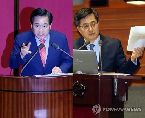 Rep. Shim Jae-chul (L) of the main opposition Liberty Korea Party and Finance Minister Kim Dong-yeon clash over a budget records leak during a parliamentary interpellation session on Oct. 2, 2018. (Yonhap)