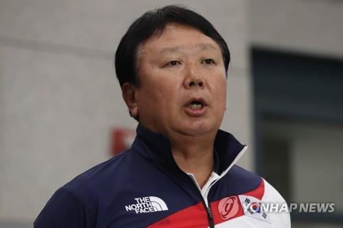 In this file photo from Sept. 3, 2018, Sun Dong-yol, manager of the South Korean national baseball team, speaks to reporters at Incheon International Airport after returning from the 18th Asian Games in Jakarta, where South Korea won its third straight gold medal. (Yonhap)