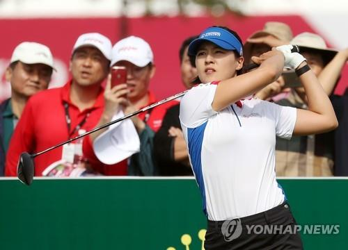 Chun In-gee of South Korea watches her tee shot at the 10th hole during the UL International Crown at Jack Nicklaus Golf Club Korea in Incheon, 40 kilometers west of Seoul. (Yonhap)
