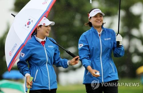 Ryu So-yeon (L) and Chun In-gee are all smiles after completing the second hole during the second round of the UL International Crown at Jack Nicklaus Golf Club Korea in Incheon, 40 kilometers west of Seoul, on Oct. 5, 2018, in this photo provided by the tournament organizers. (Yonhap)