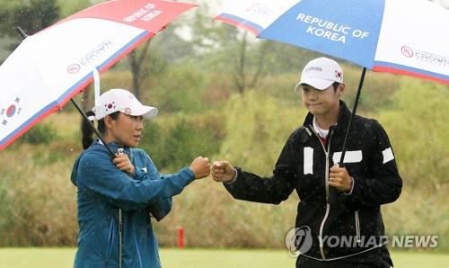 Kim In-kyung (L) and Park Sung-hyun bump fists after finishing the fourth hole during the second round of the UL International Crown at Jack Nicklaus Golf Club Korea in Incheon, 40 kilometers west of Seoul, on Oct. 5, 2018, in this photo provided by the tournament organizers. (Yonhap)