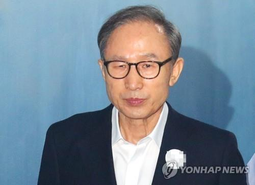 Former President Lee Myung-bak walks towards the Seoul Central District Court to attend his corruption trial on Sept. 6, 2018. (Yonhap)