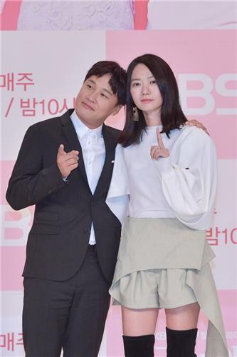"Cha Tae-hyun and Bae Doo-na pose for photos during a promotional event of KBS 2TV's upcoming show, ""The Best Divorce,"" in Seoul on Oct. 5, 2018. (Yonhap)"