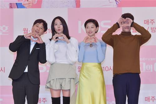 "Four main cast members pose for photos during a promotional event of KBS 2TV's upcoming show, ""The Best Divorce,"" in Seoul on Oct. 5, 2018. (Yonhap)"