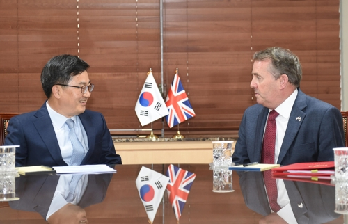 South Korean Finance Minister Kim Dong-yeon (L) holds a meeting with Britain's International Trade Minister Liam Fox in Seoul, on Oct. 5, 2018. (Yonhap)