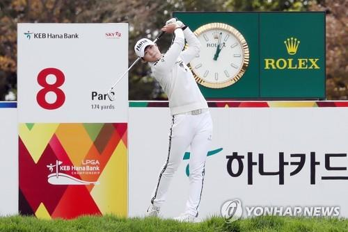Park Sung-hyun of South Korea hits a tee shot at the eighth hole during the first round of the LPGA KEB Hana Bank Championship at Sky 72 Golf Club's Ocean Course in Incheon, 40 kilometers west of Seoul, on Oct. 11, 2018. (Yonhap)