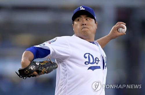 In this Associated Press file photo from Oct. 4, 2018, Ryu Hyun-jin of the Los Angeles Dodgers throws a pitch against the Atlanta Braves in the top of the first inning of Game 1 of the National League Division Series at Dodger Stadium in Los Angeles. (Yonhap)