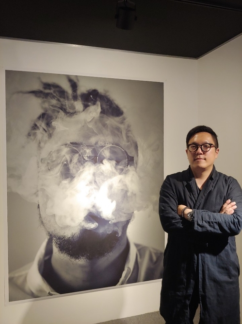 Photographer Hwang Pil-joo poses for photos after an interview with Yonhap News Agency at Gallery Benro in Seoul on Oct. 12, 2018. (Yonhap)