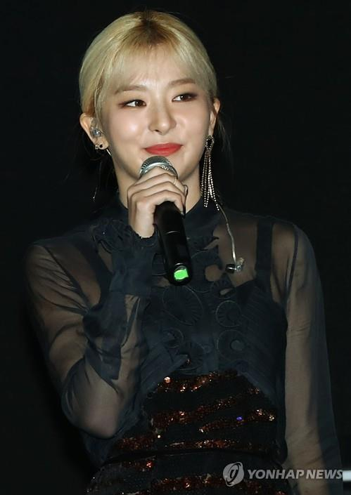"Red Velvet's Seulgi showcases Zion.T's new song ""Hello Tutorial"" featuring her in a press meeting in Seoul ahead of the song's official release on Oct. 15, 2018. (Yonhap)"