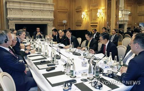 This photo provided by the Ministry of Trade, Industry and Energy, shows an investment roundtable led by Minister Sung Yun-mo (4th from R) with Europe-based companies at the Four Seasons hotel in Paris on Oct. 15, 2018. (Yonhap)