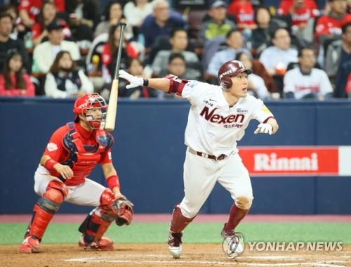 Seo Geon-chang of the Nexen Heroes (R) watches his double against the Kia Tigers in the bottom of the seventh inning of the Korea Baseball Organization wild card game at Gocheok Sky Dome in Seoul on Oct. 16, 2018. (Yonhap)