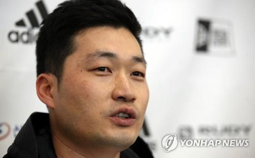 Colorado Rockies' South Korean pitcher Oh Seung-hwan speaks to reporters after arriving at Incheon International Airport on Oct. 17, 2018. (Yonhap)