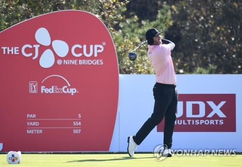 In this AFP photo, Scott Piercy of the United States tees off at the 12th hole during the second round of the PGA Tour's CJ Cup @ Nine Bridges at the Club at Nine Bridges in Seogwipo, Jeju Island, on Oct. 19, 2018. (Yonhap)