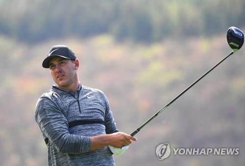 In this AFP photo, Brooks Koepka of the United States watches his tee shot at the 16th hole during the second round of the PGA Tour's CJ Cup @ Nine Bridges at the Club at Nine Bridges in Seogwipo, Jeju Island, on Oct. 19, 2018. (Yonhap)