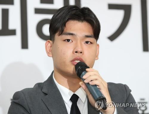 Lee Seok-cheol, the 18-year-old leader of the teenage K-pop band, The East Light, says in a press conference on Oct. 19, 2018, that he has been beaten and threatened by staff of the band's management agency. (Yonhap)