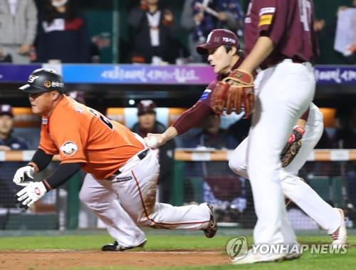 Yang Sung-woo of the Hanwha Eagles (L) is tagged out by Kim Ha-seong of the Nexen Heroes near the home plate in the bottom of the seventh inning during Game 1 of the Korea Baseball Organization postseason's first round series at Hanwha Life Eagles Park in Daejeon, 160 kilometers south of Seoul, on Oct. 19, 2018. (Yonhap)