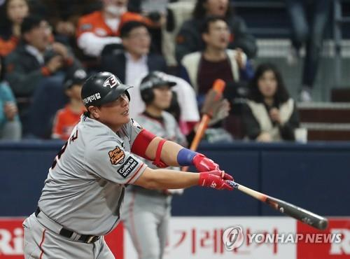 Kim Tae-kyun of the Hanwha Eagles watches his go-ahead double against the Nexen Heroes in the top of the ninth inning of Game 3 of the Korea Baseball Organization's first-round postseason series at Gocheok Sky Dome in Seoul on Oct. 22, 2018. (Yonhap)
