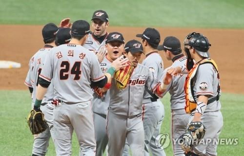 Players of the Hanwha Eagles celebrate their 4-3 victory over the Nexen Heroes in Game 3 of the Korea Baseball Organization's first-round postseason series at Gocheok Sky Dome in Seoul on Oct. 22, 2018. (Yonhap)