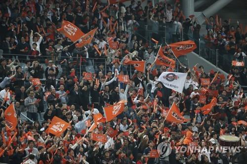 Visiting fans of the Hanwha Eagles cheer on their team in action against the Nexen Heroes in Game 3 of the Korea Baseball Organization's first-round postseason series at Gocheok Sky Dome in Seoul on Oct. 22, 2018. (Yonhap)