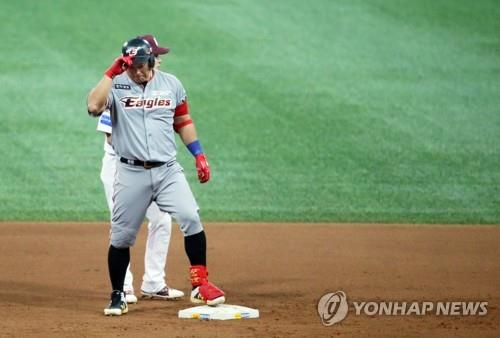 Kim Tae-kyun of the Hanwha Eagles tips his helmet toward the dugout after hitting a go-ahead double against the Nexen Heroes in the top of the ninth inning in Game 3 of the Korea Baseball Organization's first-round postseason series at Gocheok Sky Dome in Seoul on Oct. 22, 2018. The Eagles won the game 4-3. (Yonhap)