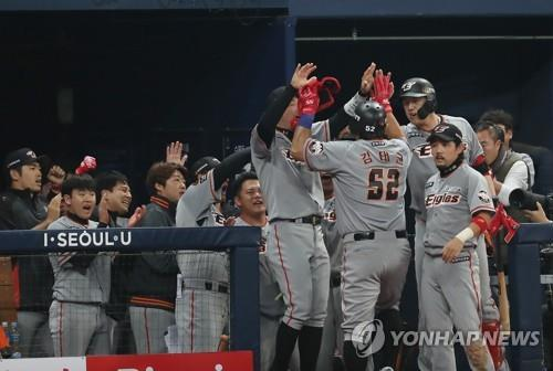 Kim Tae-kyun of the Hanwha Eagles (No. 52) is congratulated by teammates after hitting a go-ahead double against the Nexen Heroes in the top of the ninth inning in Game 3 of the Korea Baseball Organization's first-round postseason series at Gocheok Sky Dome in Seoul on Oct. 22, 2018. (Yonhap)